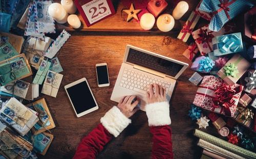 Weihnachtsmann mit Technikgeschenken