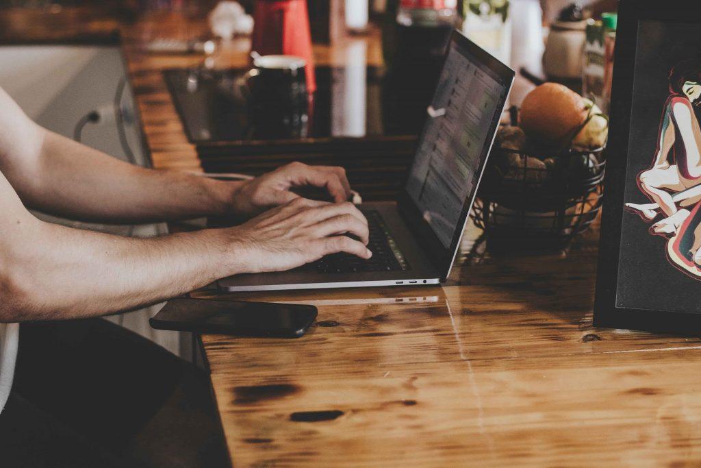 MacBook wird benutzt