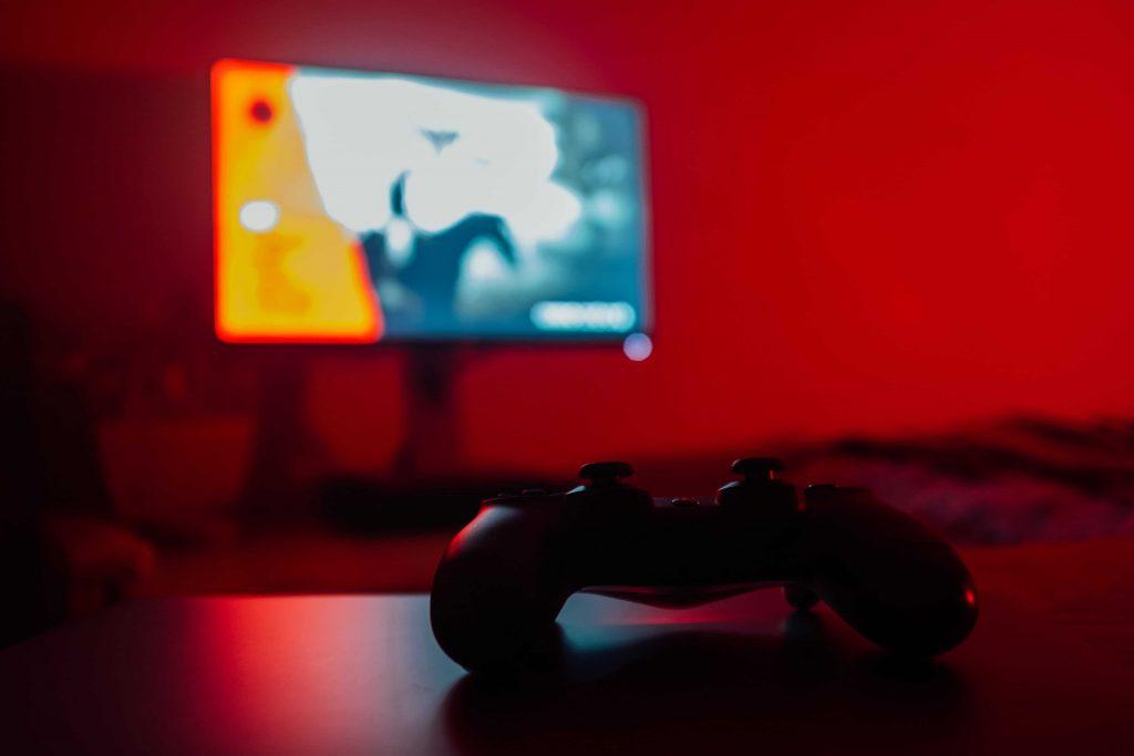 PlayStation Controller liegt vor Fernseher